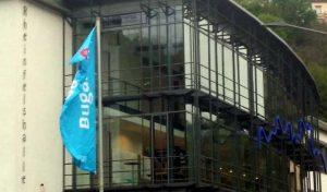 Unsere Kollegin hat sich im Welterbetal umschaut und es war recht traurig: statt der hellblauen BUGA-Fahnen weht mal dies, mal das oder auch mal nix. Hier ein gutes Vorbild an der Rheinfelshalle in St. Goar. (Foto: EA)