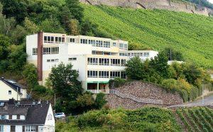 Nikolaus-Schule in Assmannshausen (Foto: Wikipedia)