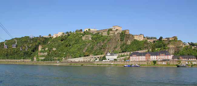 Die Festung Ehrenbreitstein in Koblenz, links die Seilbahn zum Festungsplateau, rechts unten die Pagerie und der Dikasterialbau des ehemaligen Schlosses Philippsburg. (Foto Holger Weinandt - Eigenes Werk, CC)