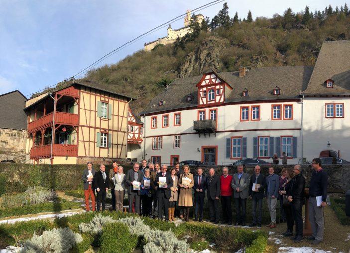 Präsentation vor stattlicher Kulisse: Innenminister Roger Lewentz stellt die Studie zu 39 Burgen im Oberen Mittelrheintal vor. (Foto: Marcus Schwarze)