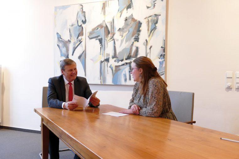 """Dr. Ulrich Kleemann, Präsident der SGD Nord, im Interview mit """"Wir sind Heimat""""-Autorin Lena Pröhl. (Foto: Katja Nolles)"""