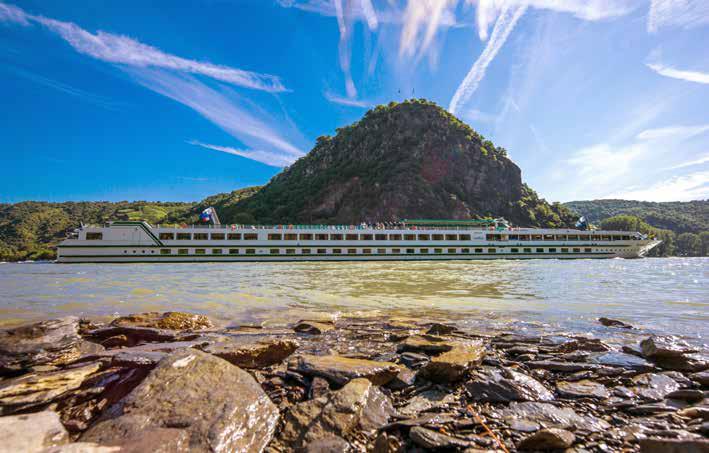 Flusskreuzfahrtschiff vor dem Loreleyfelsen. (Foto: Piel media)
